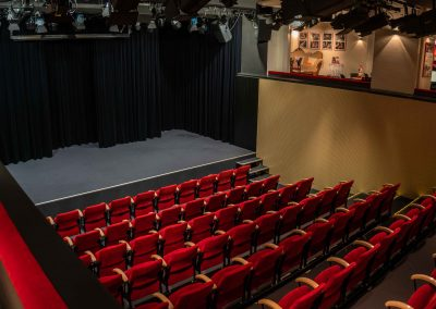 Saal und Bühne von Galerie links